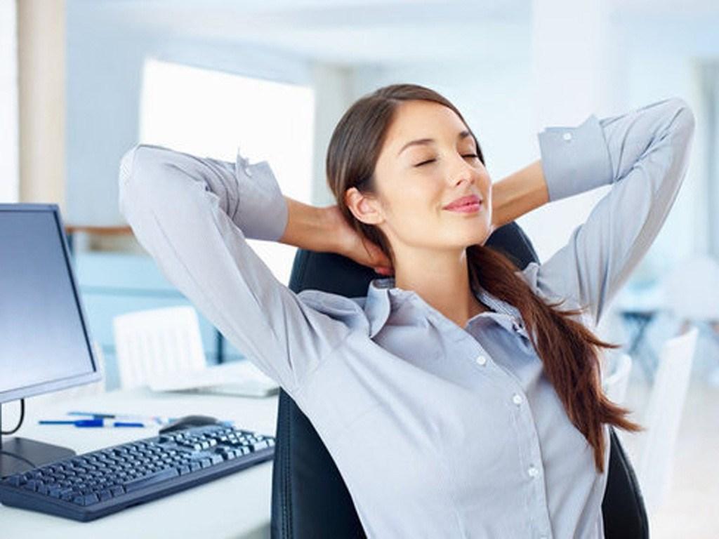 Девушка спокойна на работе