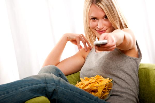 Девушка смотрит позитивные фильмы