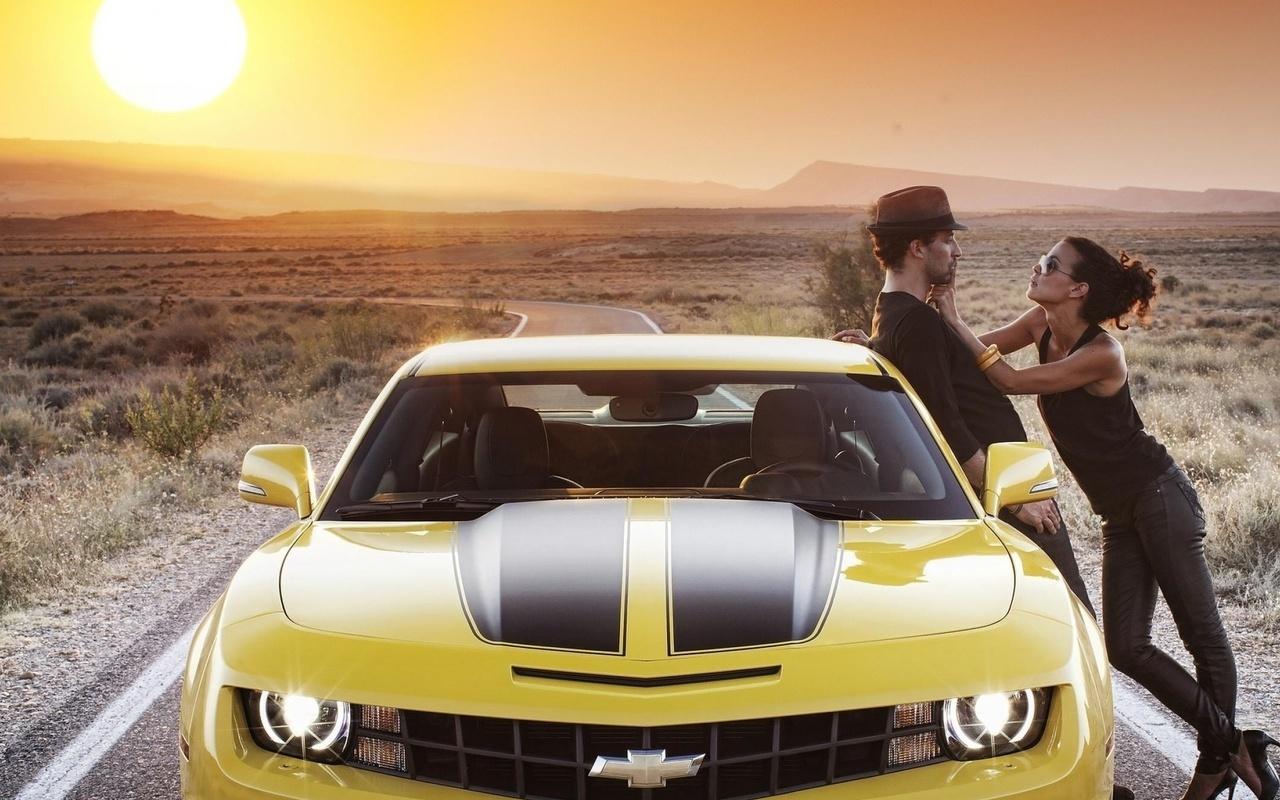Парень с любовницей на машине