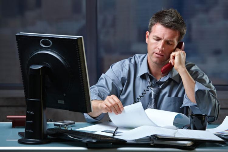 Парень часто задерживается на работе