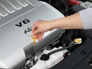 Как проверить уровень масла в двигателе щупом?