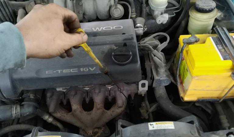 Как правильно проверять уровень масла в двигателе?