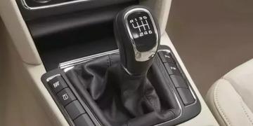 Как научиться правильно переключать передачи на механике во время движения?