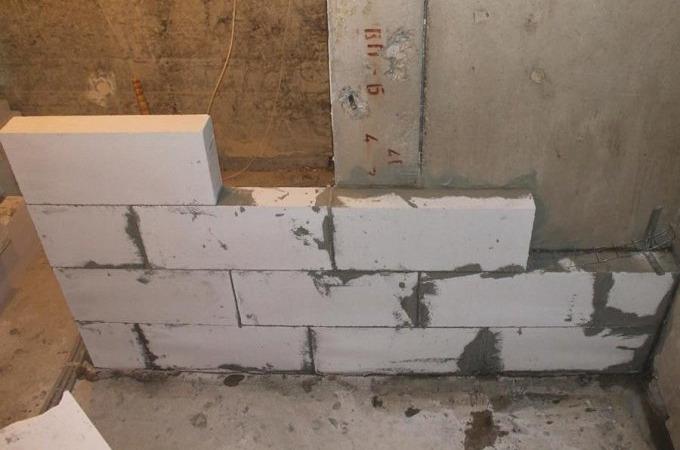 Возведение стен в ванной комнате из газобетонных блоков